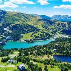 Die Turracher Höhe bzw. die Turrach liegt auf 1.763 m und ist ein idyllischer Alpenpass & beliebte Urlaubs- & Wanderregion in Österreich. Sie befindet sich in den Gurktaler Alpen in der Nationalparkregion Nockberge. Der gleichnamige Ort sowie der schöne Turracher See auf der Passhöhe werden durch die Grenze zwischen Steiermark und Kärnten auf zwei Bundesländer aufgeteilt. Themen: Österreich-Urlaub, Reiseziele, Wandern, Seen in Kärnten #visitaustria #nockberge #austria #carinthia #carinzia… Mountain Biking, Austria, Beautiful Places, Landscapes, Travel, Outdoor, Holiday Destinations, Destinations, Walking Paths
