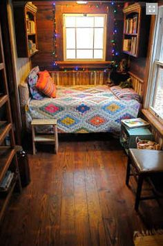 Google Image Result for http://hookedonhouses.net/wp-content/uploads/2011/08/Texas-Tiny-Houses-Bastrop-bed-nook.jpg
