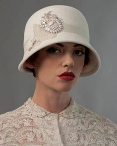 gorgeous in winter white Sombreros Fascinator, Fascinator Hats, Fascinators, Look Retro, Look Vintage, Fall Hats, Millinery Hats, Stylish Hats, White Caps