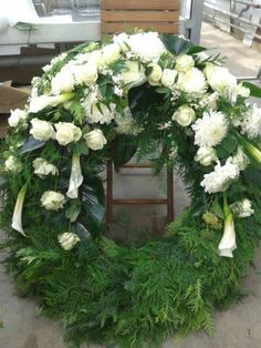 Weiß - Kopfgarnierung Flower Wreath Funeral, Funeral Flowers, Funeral Floral Arrangements, Flower Arrangements, Cemetary Decorations, Casket Flowers, Funeral Caskets, Funeral Sprays, Casket Sprays