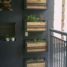Da nossa série #queroumjardimnaminhavaranda Você também gosta de planta como eu  mas o espaço é pequeno? Olha que ideia legal pra você também poder ter seu jardim na varanda  Bom dia!!! by @52.home #ahlaemcasa