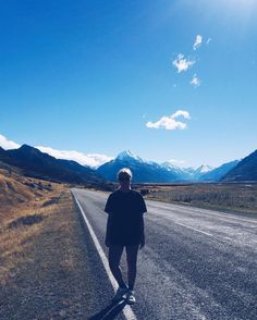 On the road aka the goodlife  Seems like my desire to see new places and travel is not going to be ending anytime soon  #newzealand #mtcook #lakepukaki #roadtrippin #goodlife #southernalpsnz #southislandnz