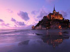 """Aujourd'hui, plus aucune route ne relie la célèbre abbaye du Mont-Saint-Michel à la terre. Le """"Rocher"""" a retrouvé sa magie d'antan, lorsqu'il était..."""