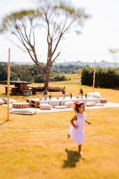 Festa, festa no jardim, pic nic ao ar livre, decoração com flores, luzes e almofadas e cadeiras de madeira.