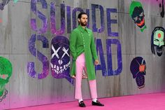 The typical green-grass-colored coat and the typical pink-crayon-colored trouser, both in long length remind me of refreshing, liberating from a general stereotype that views these colors as childish, or less sophisticated. In that sense, the design looks like a fresh rebellion carried out by fashion pacifists.