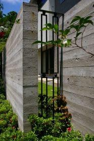 空間を演出するロートアイアンのスリット。扉と同一デザイン