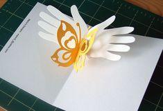 Desde el sitio de Vanessa, un hermoso diseño de su mamá Marivi : una tarjeta popup de unas manos con una mariposa . Sencilla, elegante y h...