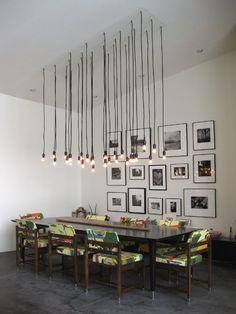 Un nuage de suspension, un mur de cadres et des chaises 100% personnalisées grâce à leur tissu imprimé