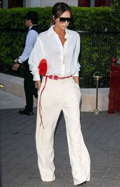Victoria Beckham looks typically chic in a white blouse in P.- Victoria Beckham looks typically chic in a white blouse in Paris – - Victoria Beckham Outfits, Moda Victoria Beckham, Style Victoria Beckham, Victoria Beckham Fashion, Victoria Fashion, Victoria Beckham Clothing, Fashion Mode, Look Fashion, Fashion Outfits