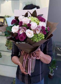 Flores Flower Bouquet Diy, Bouquet Wrap, Gift Bouquet, Beautiful Bouquet Of Flowers, Hand Bouquet, Beautiful Flower Arrangements, Flowers Nature, Floral Bouquets, Floral Arrangements