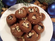 Ze všech ingrediencí, (kromě mandlí,) vypracujeme těsto, ze kterého děláme malé kuličky.Do každé kuličky vmáčkneme mandli.Pečeme v mírně vyhřáté… Doughnut, Muffin, Cookies, Chocolate, Breakfast, Food, Crack Crackers, Morning Coffee, Biscuits
