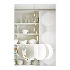 IKEA Deutschland | Die Hängeleuchte kann dicht unter der Decke im Wohnzimmer angebracht werden oder niedrig hängend über dem Couchtisch.