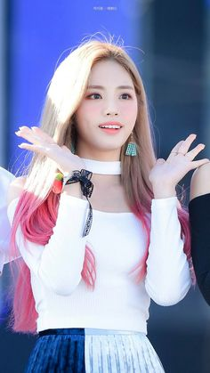 Jiwon #fromis9 South Korean Girls, Korean Girl Groups, Korean Airport Fashion, Airport Style, Beautiful Asian Girls, Kpop Girls, Draw, Sexy, Musicians