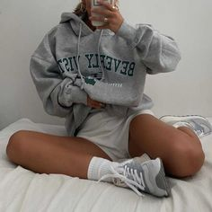 Cute Lazy Outfits, Chill Outfits, Short Outfits, Stylish Outfits, Fashion Outfits, Jeans And Hoodie, Grey Sweatshirt, Sweatpants Outfit, Mode Inspiration