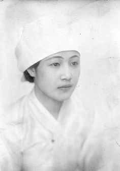Photo by Jung, Haechang, A Korean woman with white head cloth Korean Traditional, Traditional Fashion, Old Pictures, Old Photos, Vintage Photographs, Vintage Photos, South Korean Women, Korean Photo, Novel Characters