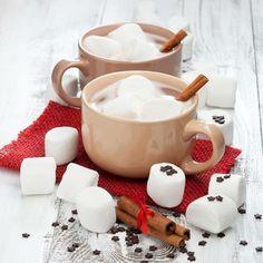 Esta Navidad tu Cocoa Hershey's® lucirá diferente. Utiliza tus moldes para cortar galleta y dale forma a los bombones con los que decores las tazas de tus invitados.