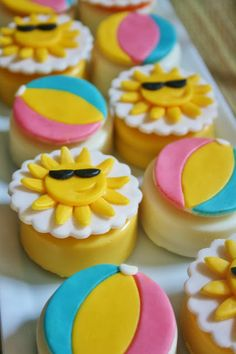 Sun & Beach Ball Cupcakes and chocolate covered Oreos Fondant Cupcake Toppers, Cupcake Wars, Beach Ball Cupcakes, Beach Theme Cupcakes, Summer Themed Cupcakes, Pool Cupcakes, Beach Ball Cake, Valentine Cupcakes, Bolos Pool Party