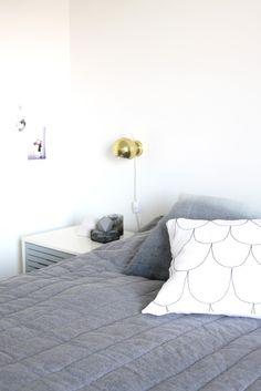 muotoseikka\ Suomutyyny ja kuvausassistentti / A new pillow and an assistant