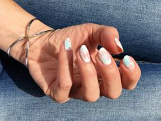 Discover how to recreate easy tie-dye nail art at home. #beauty #belleza #beautyblog #nails #uñas #nailart #essie #tiedyenails #uñastyedie