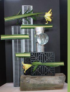 Creative Flower Arrangements, Flower Centerpieces, Floral Arrangements, Garden Show, Garden Club, Ikebana, Club Design, Construction Design, Assemblages