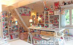 Voilà plus de 3 ans que jai limmense privilège de créer dans. Sewing Room Design, Craft Room Design, Sewing Rooms, Sewing Room Organization, Craft Room Storage, Craft Rooms, Craft Shed, Diy Regal, Art Studio At Home