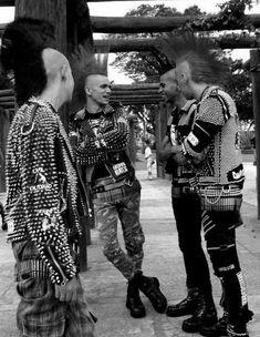 """El estilo punk es una filosofía de vida que se expresa mediante la forma de vestir, surge de la gente joven con una música agresiva. Defienden el """"hazlo tú"""", la automutilación y rechazo de la belleza. Provocan políticamente empleando símbolos chocantes. Les interesa lo artificial, cuanto más metálico es más agresivo. Intentan aislarse con la vestimenta."""