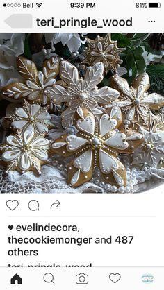 Glitzy snowflake cookies by Teri Pringle Wood (royal icing cookies recipe baking) Christmas Sugar Cookies, Holiday Cookies, Christmas Desserts, Christmas Treats, Christmas Baking, Gingerbread Cookies, Christmas Decorations, Santa Cookies, Christmas Mood