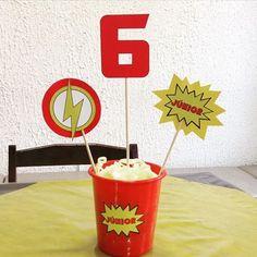 Centro de mesa no tema super herói Flash - kit festa infantil Ouro #aniversario #menino #superheroi #flash #amarelo #vermelho #kitfesta #kitfestainfantil #flordeseda #superhero #theflash #boy #birthday #yellow #red #centrodemesa