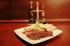 Un piatto in puro English Style!    Abbey Road  (Filetto, tortino di patate, insalata, salsa e pita)