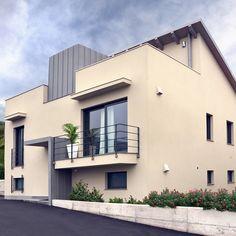Con il suo design essenziale e lo stile contemporaneo, Oceano è la #finestra in #legnoalluminio che si adatta a ogni spazio architettonico. Una soluzione che, grazie alla tripla guarnizione montata direttamente sul telaio e unita alla struttura in legno, garantisce altissimi livelli di #isolamento termico e acustico. Perfettamente compatibile sia per gli interventi di #ristrutturazione all'interno di abitazioni private che per gli edifici direzionali. #Navello Mansions, House Styles, Design, Home Decor, Chop Saw, Decoration Home, Manor Houses, Room Decor, Villas