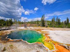 Geyser dans le parc national de Yellowstone, aux Etats-Unis Aurore Boréale - Mont McKinley - Parc national de Denali en Alaska   Découvrez un panorama de forces spectaculaires qu'offre la nature : http://blog.ecotour.com/bons-plans/les-forces-de-la-nature/#