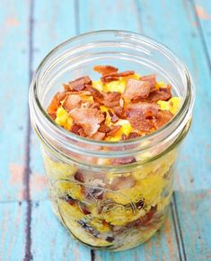 breakfast-to-go in a mason jar . love this idea for a picnic brunch or to take breakfast to a new mom Breakfast And Brunch, Mason Jar Breakfast, Mason Jar Lunch, Mason Jars, Mason Jar Meals, Meals In A Jar, Breakfast Recipes, Mason Jar Recipes, Breakfast Catering