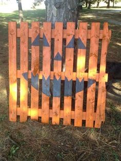 27 Creative Fall Pallet Projects for Decorating Your Home on a Budget Over 25 options for pallet signs to decorate your home this fall. They are so inexpensive you could make new fall pallet projects each year. Halloween Wood Crafts, Diy Halloween Decorations, Halloween Crafts, Halloween Ideas, Outdoor Halloween, Tree Decorations, Pallet Decorations, Fall Wood Crafts, Halloween Costumes