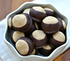 I was born in Ohio, I don't super care for peanut butter, but these sound delicious! Peanut Butter Buckeyes: a soft peanut butter filled candy famous in Ohio. Make a batch today! Candy Recipes, Sweet Recipes, Cookie Recipes, Dessert Recipes, Just Desserts, Delicious Desserts, Cookies Receta, Peanut Butter Buckeyes, Best Holiday Cookies