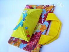 Мини-коврографик с маленькой миленькой сумочкой, которую можно с легкостью открепить и прикрепить обратно. В сумочке находится набор с куклой Лялей