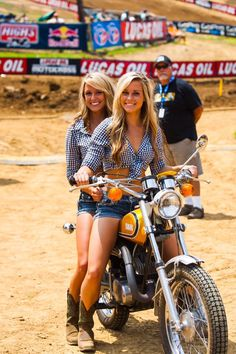 Beautiful Girls With Cars and Motorcycles - Bellas Mujeres Con Coches y Motos - Girls Washing Cars - Cars - Coches - Bikes - Motos Lady Biker, Biker Girl, Motos Sexy, Chicks On Bikes, Motorbike Girl, Vintage Motocross, Motocross Girls, Grid Girls, Hot Bikes