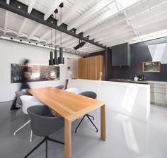 Plafond uit witte houten balken - moderne renovatie