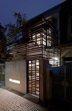 """O """"Eulogy to the Sunlight"""" é um pequeno sobrado projetado pelo escritório Yu Ya-Ching, e recobre uma área aproximada de 33m², na cidade de Tainan, em Taiwa"""