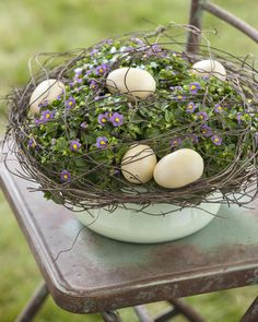Them Something Special With a Personalized Easter Basket Ideas for spring and Easter arrangements using potted plants and natural accentsIdeas for spring and Easter arrangements using potted plants and natural accents Deco Floral, Arte Floral, Hoppy Easter, Easter Eggs, Spring Decoration, Fiestas Party, Diy Fall Wreath, Egg Designs, Easter Holidays