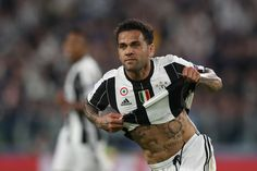 Juventus Defender from Brazil Dani Alves celebrates after scoring during the UEFA Champions League semi final second leg football match Juventus vs Monaco, on May 9, 2017 at the Juventus stadium in Turin. / AFP PHOTO / Valery HACHE