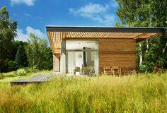 Saksalaiset suunnittelijat Patrick Frey ja Björn Götte ovat suunnitelleet kompaktin, ympärivuotiseenkin käyttöön soveltuvan mökkirakennuksen, joka sopii hyvin myös pienempään rakennusbudjettiin. Rakennuksen muotokieli on hyvin rauhallinen ja se maastoutuu kauniisti ympäröivään luontoon. Terassipinta-alaa on runsaasti ja suuret lasiset seinät rakennuksen kulmassa luovat mukavasti tilavaikutelmaa. Suurten ikkunaseinien ansiosta sisustusta on helppo jatkaa ulkona näkyvään maisemaan. Näin värit…