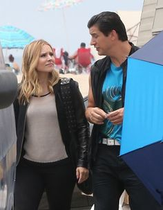 25+ pictures from the Veronica Mars movie set! ahhh she still has that awesome purse from season 3!