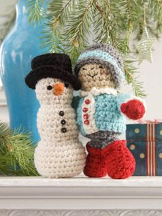 4 Crochet Home Decor Patterns: Winter Patterns. My aunt would like this. She loves to crochet. Crochet Gratis, All Free Crochet, Crochet Home, Crochet Dolls, Free Knitting, Crochet Christmas Decorations, Holiday Crochet, Christmas Ideas, Christmas Crafts