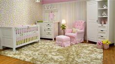 Um quarto de bebê especialmente decorado para sua menina cheio de cores e muito charme. Destaque para o enxoval rosa, verde e amarelo e o papel de parede super original!