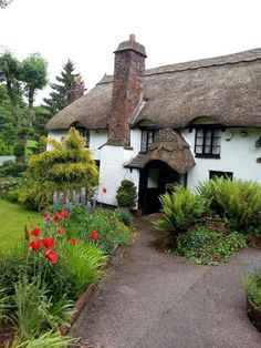 12 of the Most Extremely Beautiful Villages On the Planet Irish Cottage, Cozy Cottage, Cottage Homes, Cottage Style, English Country Cottages, English Countryside, Cabins And Cottages, Cotswold Cottages, Thatched Roof