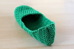 How to Make Simple Crochet Slippers « Crafts « Zoom Yummy – Crochet, Food, Photography Easy Crochet Slippers, Crochet Slipper Pattern, Crochet Basics, Crochet For Beginners, Beginner Crochet, Crochet Cross, Knit Crochet, Crochet Food, Knitting Socks