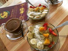 It's papu time! @kawafestival trwa. W tej edycji zdecydowałem się na najzdrowszą wersję. Bez glutenu cukru i konserwantów a do tego vege i fit. Czy to ciągle ja? Sam już nie wiem. Gdzie jest tak zdrowo? W @cafesorrir  Tak prezentuje się festiwalowa propozycja:  Superfood Coffee - mała czarna z daktylami nasionami chia i jagodami goji. Superfruit Bowl - mix lulo ananas banan jabłko plus baobab i białko konopne.  Jestem oczarowany.Zwolennika wszystkiego co niezdrowe przekonała fit wersja. To…