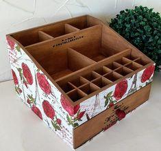 ---- Organizador de MDF com pintura ---- Fazemos em outras cores e modelos. Peças integrantes estão sujeitas à disponibilidade. Como é um produto artesanal, podem haver pequenas diferenças entre uma produção e outra. Wooden Makeup Organizer, Diy Storage Organiser, Craft Storage, Cosmetic Storage, Makeup Storage, Makeup Organization, Diy Para A Casa, Cardboard Box Crafts, Diy Home Crafts