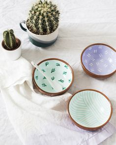 If you love cacti, try these 30 cactus inspired DIY projects! Crafts like these DIY Painted Cactus Snack Bowls are functional and fashionable. Try it this weekend with your friends! Pottery Painting, Ceramic Painting, Diy Painting, Crackpot Café, Shake, Do It Yourself Decoration, Idee Diy, Decorative Bowls, Diy Home Decor