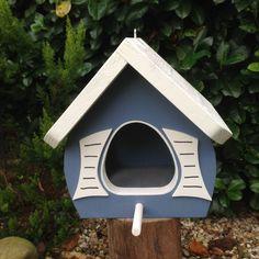 Dieses Vogelhaus ist sehr gut für die Verwendung auf Balkonen und Terrassen geeignet,aber auch im Garten ist es eine wunderschöne Dekoration und Futterstelle für unsere heimischen Vögel. Das...